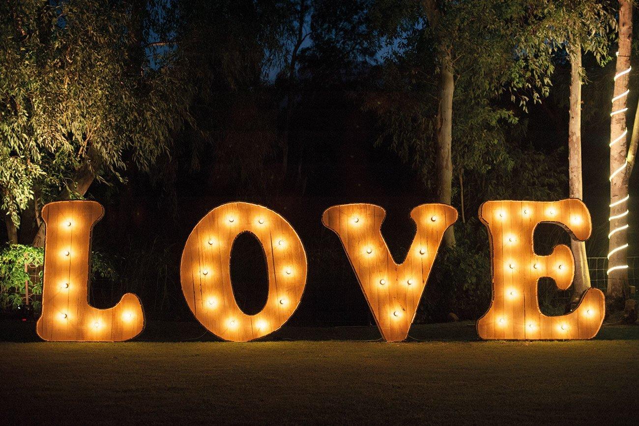 letrero-con-la-palabra-love-iluminada