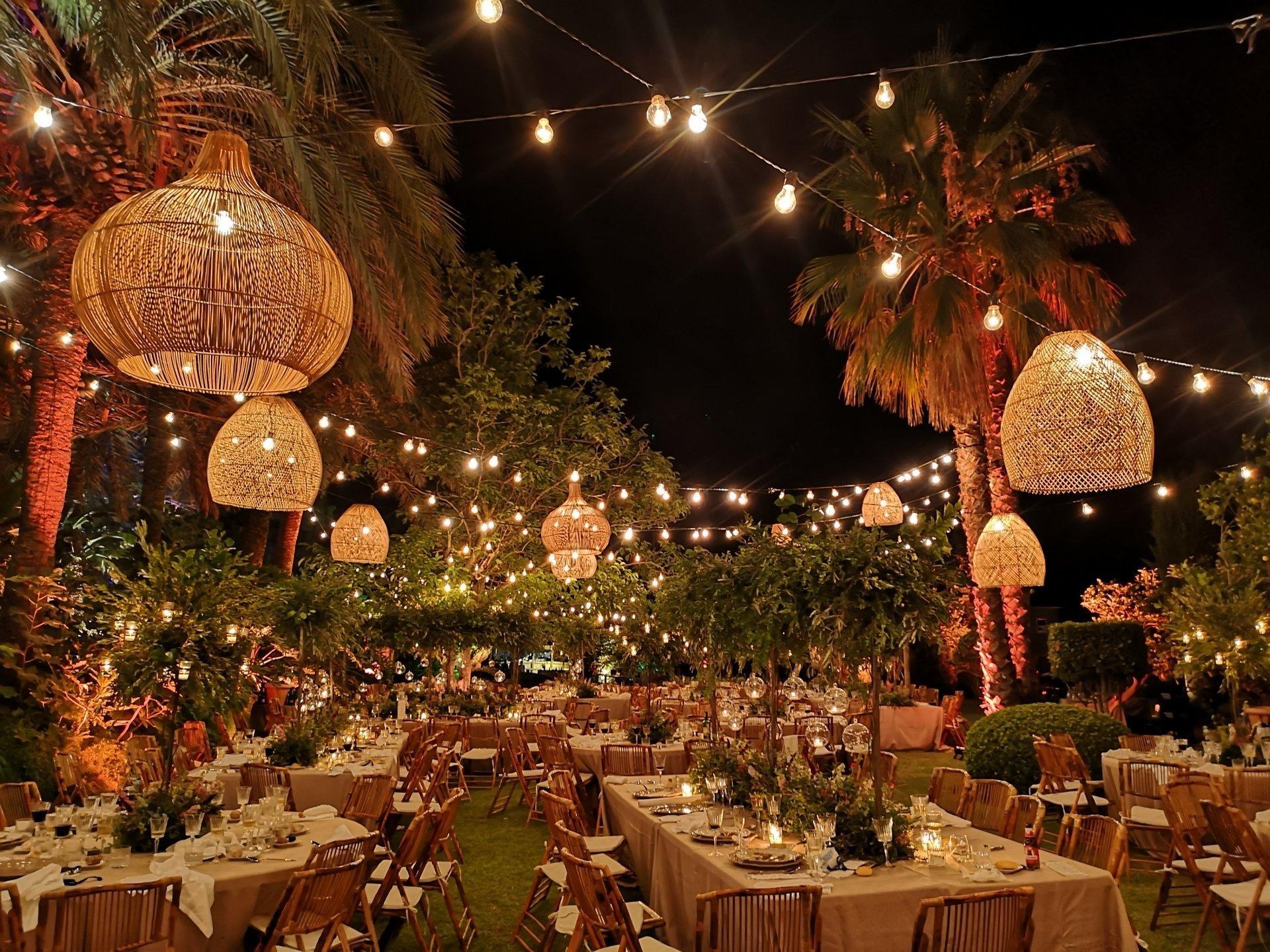 techo de bombillas y lamparas para bodas y eventos