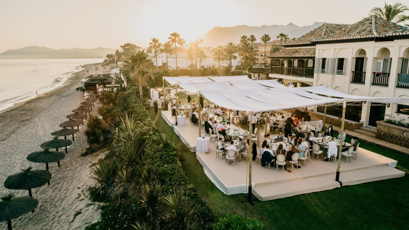 Carpa de bambú para bodas en la playa